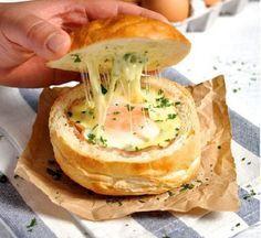 Finom és laktató vacsora, néhány perc alatt! Isteni finom és jól is mutat, ha kipróbálod, a hagyományos tükörtojás helyett csak így fogod készíteni!Laktató és olcsó fogás! Hozzávalók 8 zsemle, 2 dl tej, 2 dkg vaj, 20 dkg reszelt sajt...