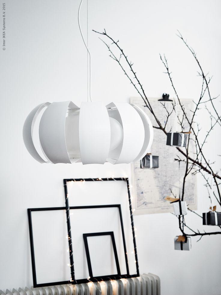 Enkel och stilren dekoration i jul med STOCKHOLM taklampa, MARIETORP ram och SÄRDAL LED ljusslinga med 24 ljus.