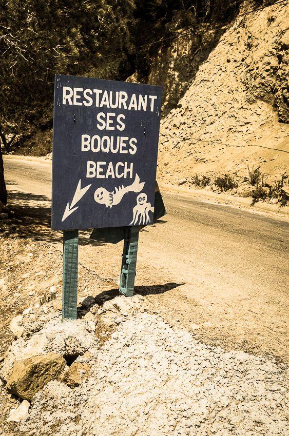Ses Boques Ibiza, un chiringuito incontournable, dans la belle baie d'Es Cubells. Déjeuner les pieds dans le sable et goûter à la paella...