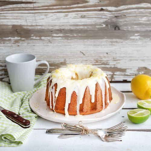 Een heerlijke vezelrijke, koolhydraatarme cake zónder geraffineerde suikers. Maar mét een lekkere zachte zoete smaak. Deze gezonde cake met frisse icing is perfect voor een zonnige dag. Heerlijk bij een kopje thee of als dessert bij een picknick.