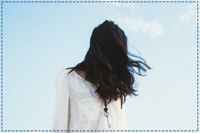 Rozwiana fryzura wygląda dziewczęco, ale czy wiesz, że wiatr niszczy włosy? Kosmyki plączą się, a pod wpływem silniejszych podmuchów - uszkadzają. Warto chronić je zatem przed mocnym wiatrem.