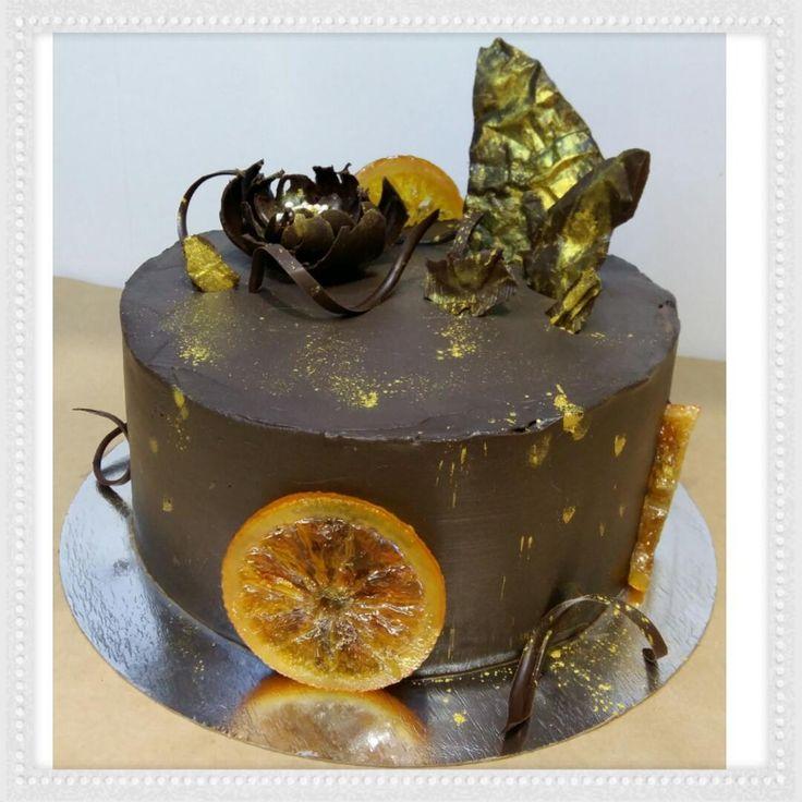 Медовик с апельсиновым кремом - нежный торт, который тает во рту! Удачное сочетание всех составляющих! Шоколадный декор, золотые брызги и чёрный крем! МК!
