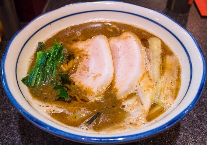 大阪市内のラーメン激戦区、福島エリアにおいてトップクラスの人気を誇るのがこのお店。煮干しを丸1日アルカリイオン水につけて丁寧に抽出したというスープは、嫌な苦味など一切なく旨味に溢れた絶品です。それでいて優しすぎず、しっかりラーメンのスープとして成立する力強さも持ち合わせているところが素晴らしい。他にも食べやすいものから個性的なものまでメニューを幅広く取り揃えており、特に2種類の麺から選べるつけ麺はオススメです。
