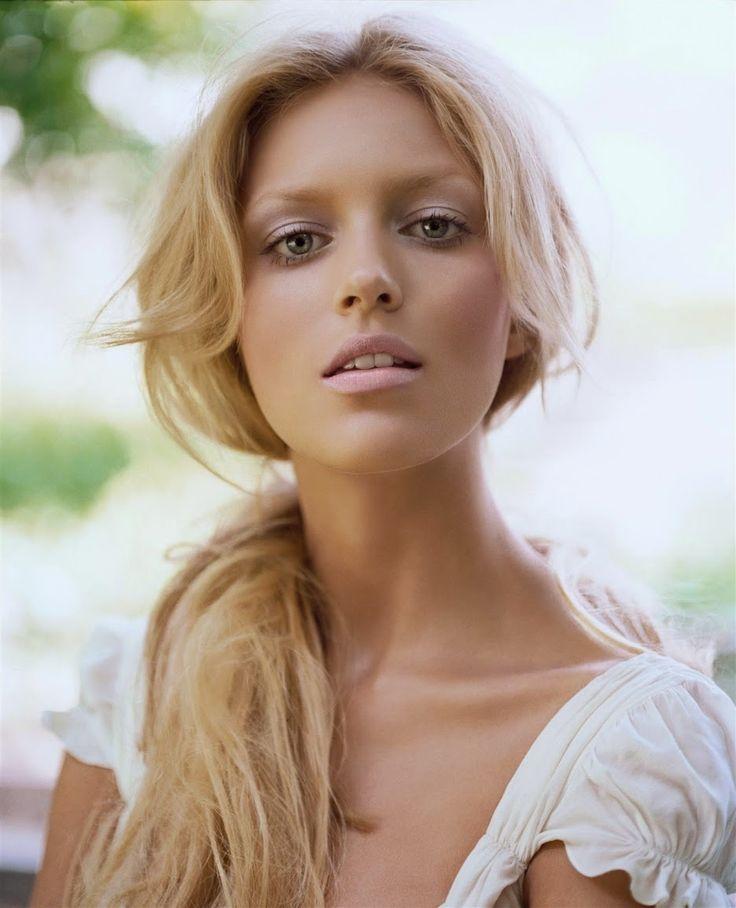 Anja Rubik Esta polaca de 31 años fue ángel de Victoria´s Secret durante tres años, desde el 2009 hasta 2011, y ha desfilado para numerosas marcas, entre las que destacan Chanel, Elie Saab, Isabel Marant y Lanvin. Además es imagen de los perfumes de Chloé y Elie Saab y de las colecciones de ropa de Gucci.