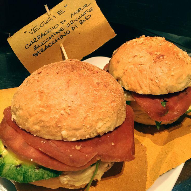 Panino #veggie  #carpaccio di #mopur #zucchine grigliate e #stracchino di #riso #vegano #veggies #vegetarianfood #vegan #veganfood