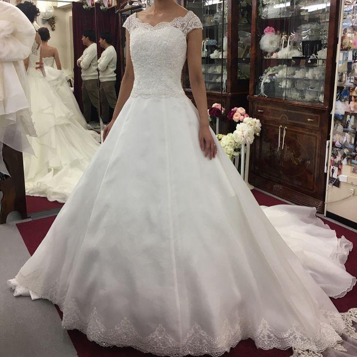 ドレス試着レポ⑥�� #アトリエアン さんにて✨ シルク、サテン合わせて計4着試着�� お値段が良心的びっくり��‼️ 試着にはプレ花嫁さんが沢山いらっしゃいました�� . 店内にはディズニー婚や海外挙式の方のお写真が沢山飾られていてそっちに夢中に�� 写真撮る時も壁際ばっかり見てました�� . . . #prebride #プレ花嫁 #ドレス迷子 #全国のプレ花嫁さんと繋がりたい #2017年秋婚 #2017年冬婚 #ホテルウエディング #wedding #weddingdress #weddingdresses #ドレス試着レポ #ドレスレポ #プリンセスライン #ウェディング #ウェディングドレス #リッツカールトン東京 #リッツ #リッツカールトン #fairytaleweddings http://gelinshop.com/ipost/1521367771114598739/?code=BUc--1iA3FT
