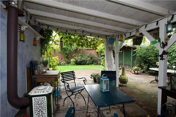 Huis te koop: C.T. Storkstraat 8 7553 AR Hengelo ( Tuindorp) - Foto's [funda] Veranda in de achtertuin + kippenhok