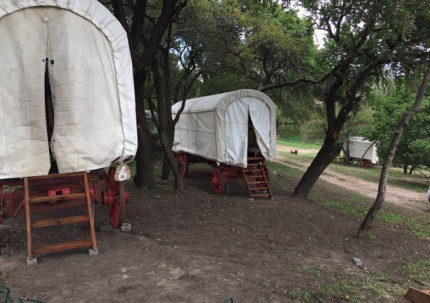 By Clarens Oxwagon Camp kan jy in 'n ossewa van ouds slaap!