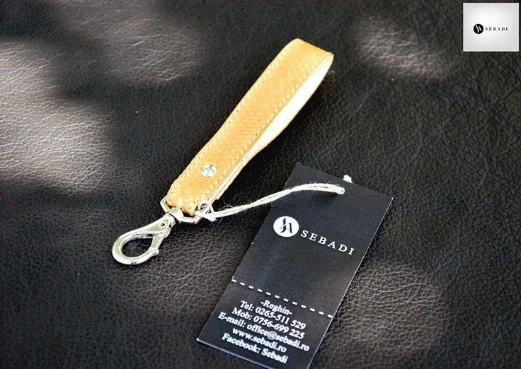 Breloc din piele naturala 3 -maro animal print soparla -catarama metalica argintie -dimensiuni: L=11cm l=1,8cm  PRET: 15 Lei