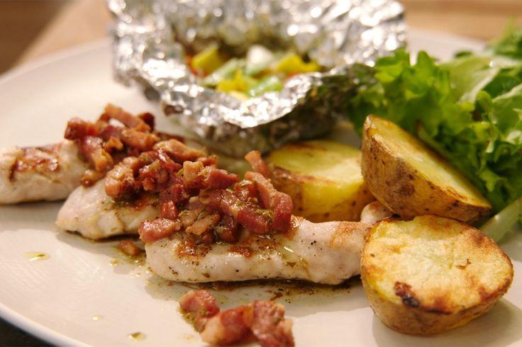 Konijn doet het uitstekend op de barbecue. Gebruik voor dit recept konijnfilets die snel gaar zijn. De aardappelen kook je voor en grill je op de barbecue terwijl de groentepapillotten garen. Je kunt alles gemakkelijk voorbereiden zodat er tijdens het barbecueën nog amper werk aan is.