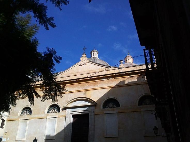 Chiesa San Sepolcro, Piazza San Sepolcro  Appartenuta, dal 1248, all'ordine dei Templari fino alla soppressione dell'Ordine (1311), fu affidata nel 1564 alla Confraternita dell'Orazione o Compagnia della Buona Morte, che seppelliva i poveri abbandonati nella piazzetta antistante, cosparsa da zolle di terra proveniente dalla chiesa del Santo Sepolcro di Gerusalemme.  Texto extraído de http://wikimapia.org/874569/it/Chiesa-del-Santo-Sepolcro