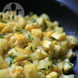 Gebratener Mais mit gelben Zucchini - Frischer Mais und gelbe Zucchini werden einfach mit Butter und Petersilie in der Pfanne gebraten. Eine leckere Sommerbeilage. @ de.allrecipes.com
