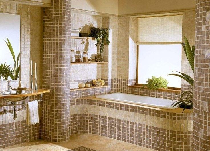 salle de bain mosaique en pâte de verre marron et beige, lavabo design, grand miroir rectangulaire et plantes vertes décoratives