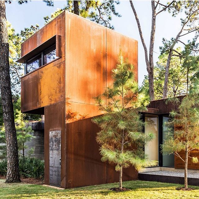 Next on our list of popular Texan houses is a lakefront dwelling by Dallas studio Wernerfield, which features concrete and glass volumes, and a treehouse clad in pre-rusted steel. Photograph is by Justin Clemons and Robert Yu. See the full selection of Texan houses on dezeen.com/tag/texas #architecture #house #Texas #USA