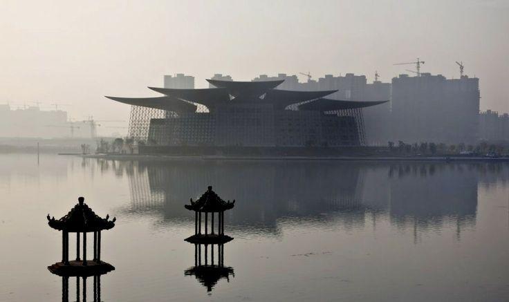 PES Architects vient d'achever le nouveau grand théâtre de la ville de Wuxi dans la province de Jiangsu, Chine. (La vue de face nous rappelle les maisons traditionnelles, véritable intégration d'un complexe architectural important dans son milieu).