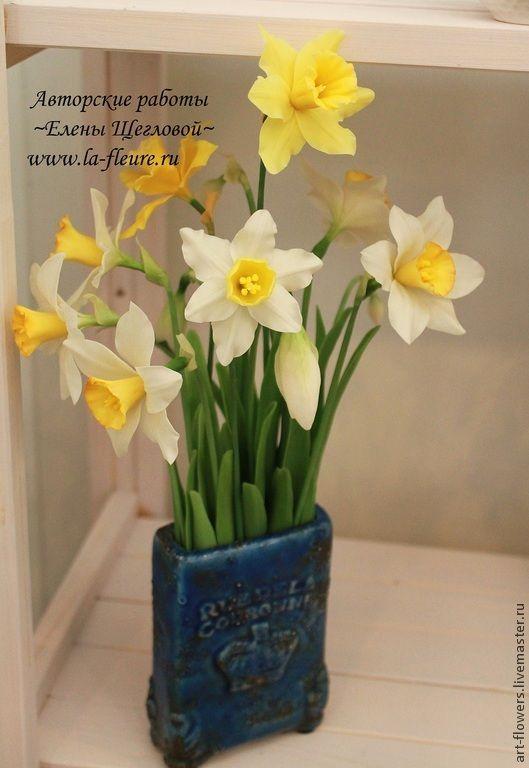 Купить или заказать Нарциссы в интернет-магазине на Ярмарке Мастеров. Прекрасные нежные нарциссы поднимут настроение и подарят ощущение весны даже в зимние морозы. Каждый лепесток вылеплен из полимерной глины вручную. Тончайшая проработка деталей, тщательно подобранные цвета и оттенки создают ощущение живого цветка. Станет прекрасным и необычным подарком на любой случай для Вас и ваших близких. Количество цветов может быть любым, так же они могут быть закреплены в вазе или кашпо по вашему…