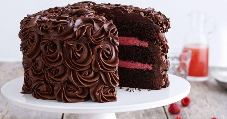 Oppskrift på den ultimate sjokoladekaken som imponerer! En skikkelig saftig festkake med mye deilig sjokolade og deilig bringebærmousse. Sjokoladekake med bringebærmousse er baketalentet Fredrik Solbakk Andersen fra Hele Norge Baker sin signaturkake.