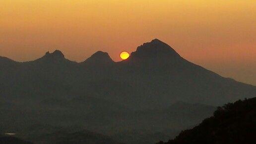 El sol amaneciendo por el collado del Pouet entre el Ponoig y Puigcampana