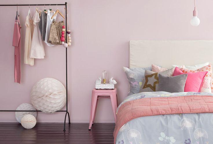 BARNEROM - SUNT OG LEKENT  Barna har sannsynligvis noen favorittfarger de ønsker å male på rommet sitt, men det er du som er voksen, som er ansvarlig for at kvaliteten på malingen dere velger, er god. Vi har utviklet en inneklimavennlig maling som gir deg ekstra trygghet for de minste i hjemmet. Et rom for lek, avslapping og kreativitet.   VEGG 5871 SUKKERSPINN - Butinox Interiør Barnerom HUS OG SKUFFER - Butinox panel, dør  vindu GULV 5771 CHAI  - Trestjerner Gulvmaling