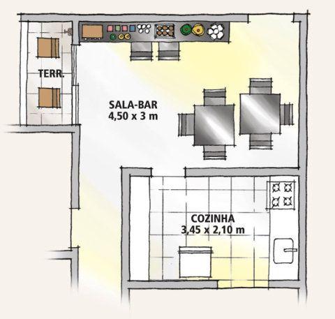 A parede principal da sala, de 13,5 m2, concentra a TV de LCD suspensa e o mobiliário fixo. O projeto soma balcão de madeira e dois módulos com portas de acrílico roxo, que escondem os equipamentos de áudio e vídeo.
