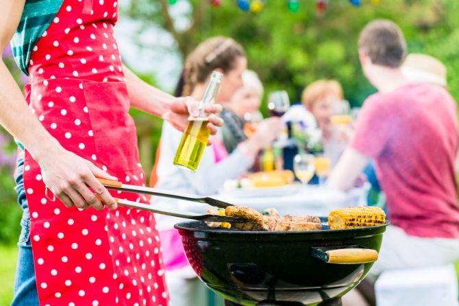 Cała Polska grilluje <3 fot. shutterstock #grill #grillowanie #pomysły #barbecue #ogród #przyjęcie #impreza #rodzina #przyjaciele #kiełbaski #party #barbecueing