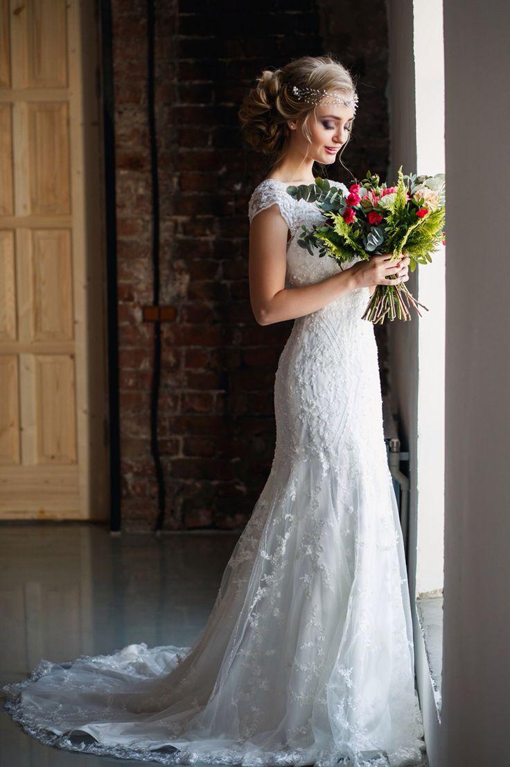 Wedding loft. Bride. Невеста в силуэтном свадебном платье с пышным букетом в котором много зелени. Свадьба в стиле лофт. Студия платьев Alisa wedding.