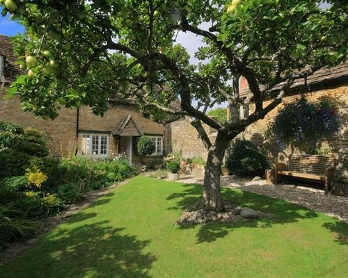 Apple Tree Cottage - Sleeps 6 has garden and BBQ - Changeover Fri, 5 miles south of Cirencester. 10 miles from where Martin & Anna will be staying