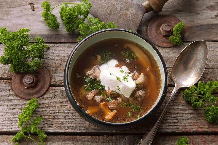 Kastanjes, fazant en soep, het zijn allemaal najaarsklassiekers. Wat als je dit allemaal in één gerecht verwerkt? Deze kastanjesoep met fazant is feestelijk en lekker!