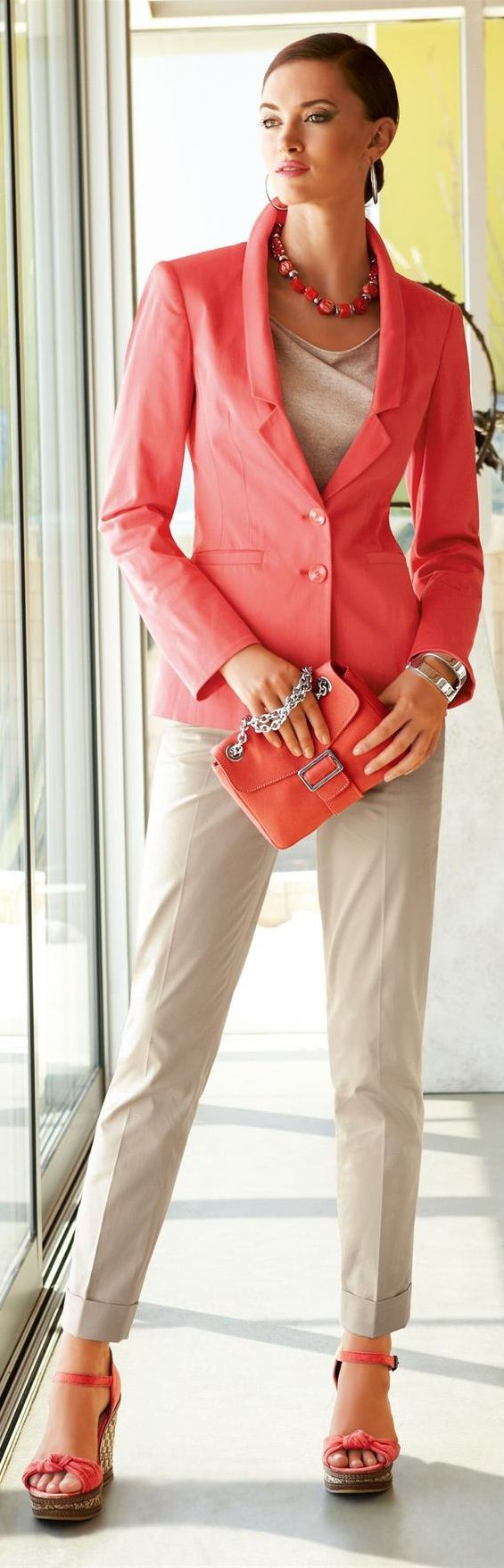 Love the simplistic coral & white combo, check out the shoes                                                                                                                                                                                 Mehr