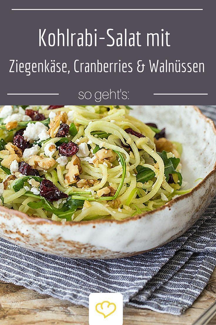 Salat aus knackigen Kohlrabi- und Apfelspiralen dazu Ziegenkäse, Cranberries und knackigen Walnüssen als Topping. Der sorgt für Abwechslung am Salat-Tag!