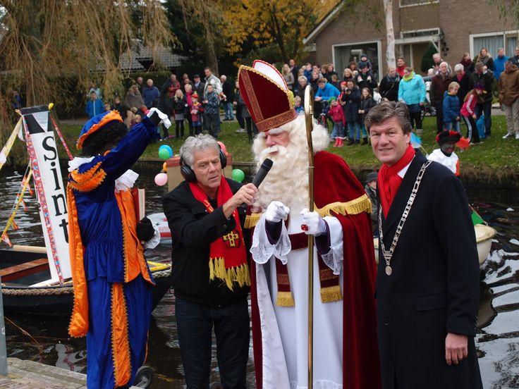 Sinterklaas is weer in het land! Hier ontvangt burgemeester Mans hem in Limmen!