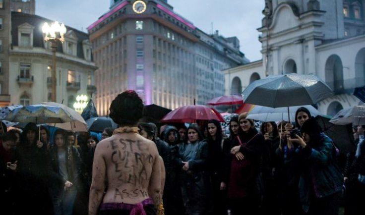 """Στην Αργεντινή, μια γυναίκα στέκεται ημίγυμνη με το μήνυμα """"Αυτό το σώμα δολοφονείται."""" Photo: Cobertura Colaborativa NosotrasParamos  http://socialpolicy.gr/2016/10/%ce%b7-%ce%b1%cf%81%ce%b3%ce%b5%ce%bd%cf%84%ce%b9%ce%bd%ce%ae-%ce%ba%ce%b1%ce%b9-%ce%b7-%ce%b5%cf%80%ce%b9%ce%b4%ce%b7%ce%bc%ce%af%ce%b1-%cf%84%ce%b7%cf%82-%ce%b3%cf%85%ce%bd%ce%b1%ce%b9%ce%ba%ce%bf.html"""