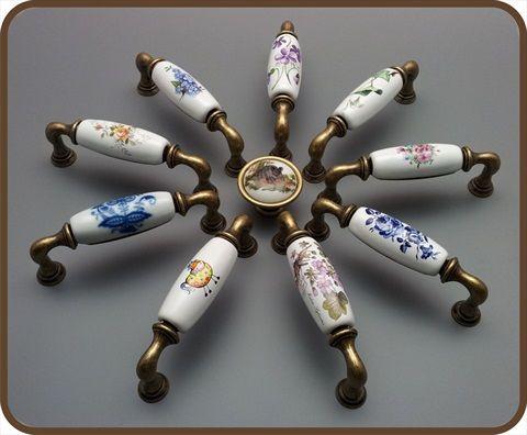 Porcelánové úchytky s dekoracemi