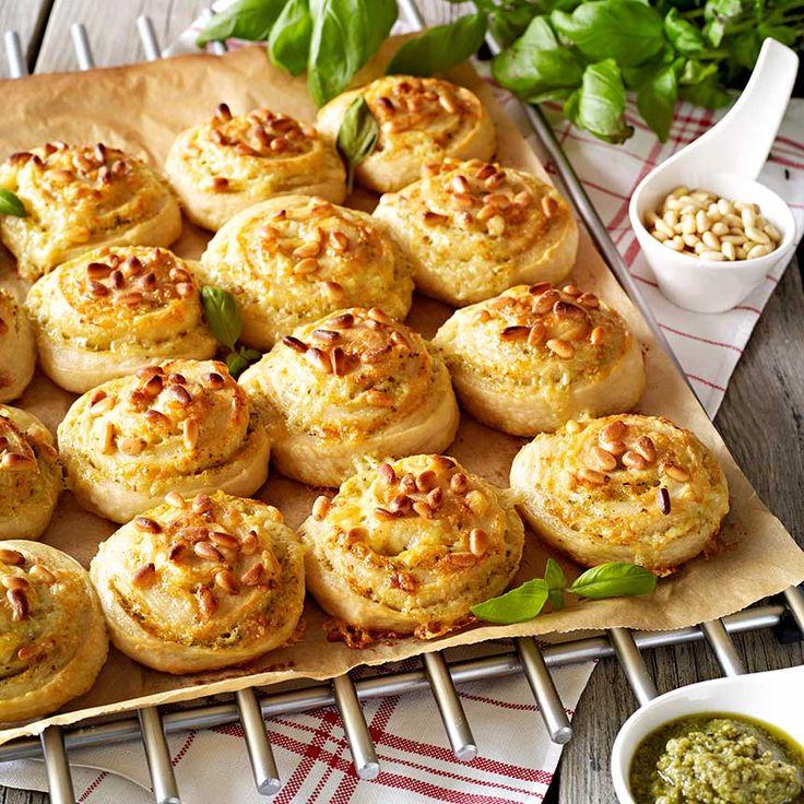 Bröd med fyllning är extra gott. De passar bra på buffén och picknicken. Här är ett recept på saftiga brödbullar fyllda med basilikapesto och smält…