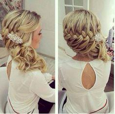Acconciatura da sposa con treccia laterale per capelli lunghi e accessori per capelli