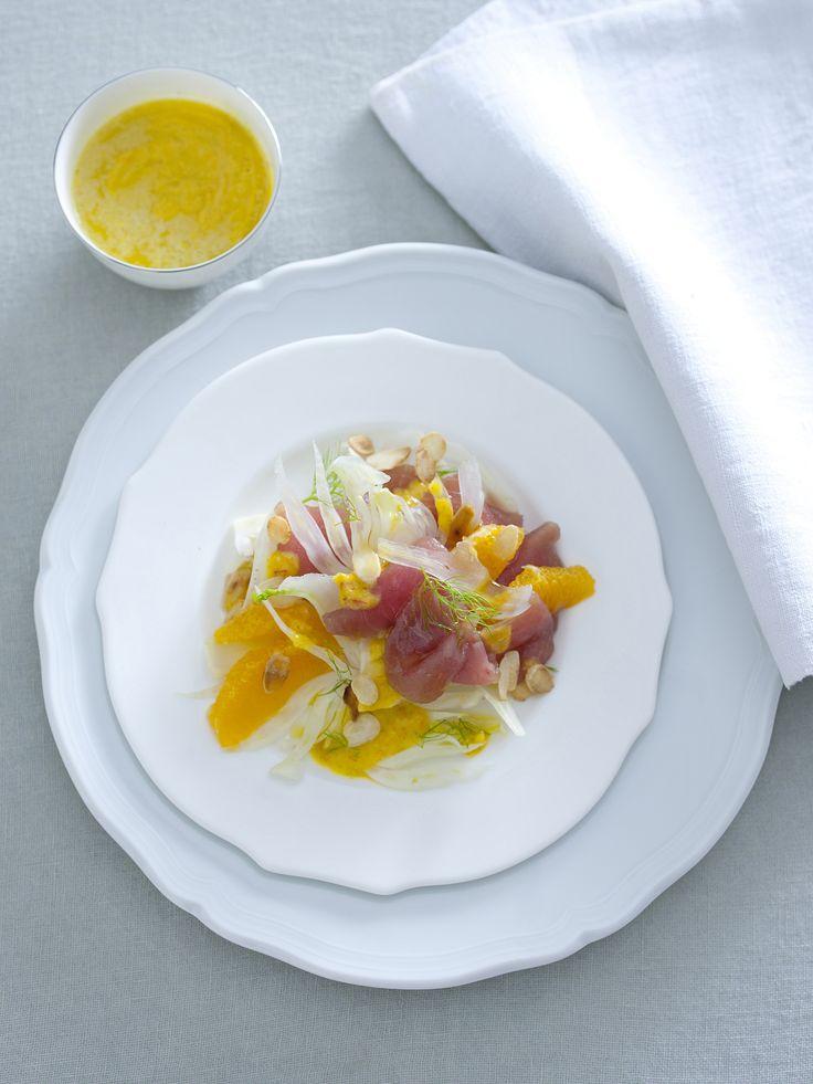 Il tonno con arance, finocchi e mandorle è un secondo veloce da preparare, un'armonia di colori e sapori. Prova la ricetta di Sale&Pepe!