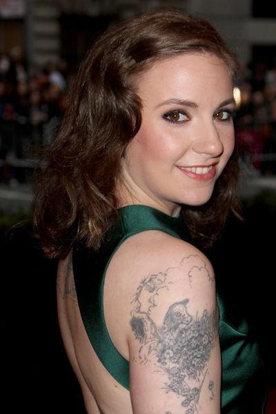 Lena Dunham montre son tatouage une vache tatouée sur le bras droit