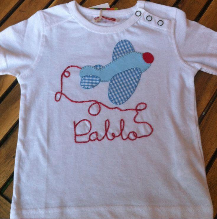 Camiseta Patchwork bordada en cadeneta con avión en color azul