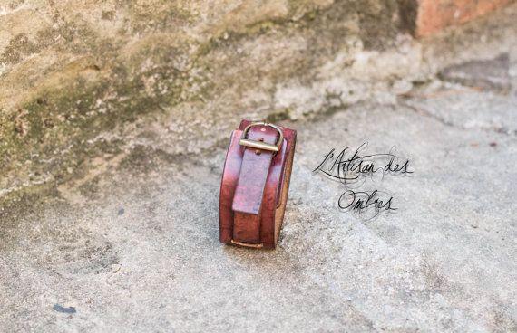 Déclinaison du bracelet de force, en plus étroit, avec 1 seule bande. couleur acajou. 30 mm de large environ. Se porte serré. Plus vous le porterez, plus le cuir susera ce qui lui donnera un charme et style supplémentaires. Comme tout objet fait à la main, il peut y avoir de