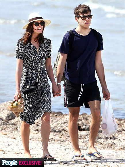 Newlyweds Keira Knightley and James Righton, both in sunnies of course, were GLOWING as they strolled along a French beach on their honeymoon! Congrats guys!