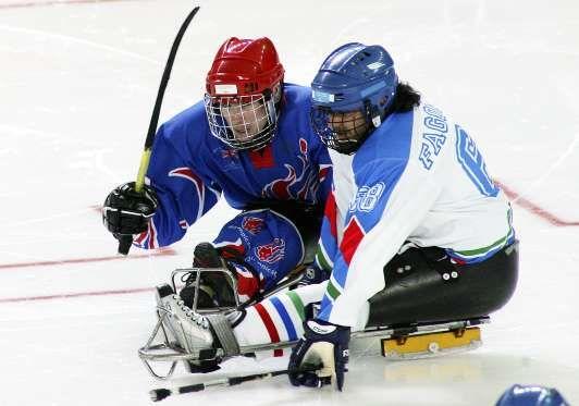 ORAZIO FAGONE (ITÁLIA) Orazio é o único homem a disputar tanto os Jogos Paralímpicos quanto os Olímpicos de Inverno. Como patinador, ele esteve presente em três edições olímpicas, entre 1988 e 1994. No ano de 1997, teve a perna amputada após um acidente de moto e passou a se dedicar ao hóquei sob trenó (esporte que o levou a duas Paralimpíadas)