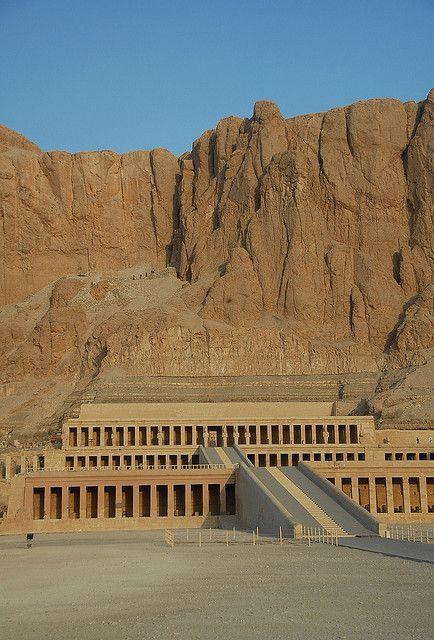 """Templo funerario de Hatshepsut, conocido como Djeser-Djeseru (""""La maravilla de las maravillas"""") se encuentra en la franja occidental del río Nilo, cerca del Valle de los Reyes, en Egipto. Este templo funerario fue construido en honor a Amon-Ra, el dios del Sol, y está ubicado junto al templo mortuorio de Mentuhotep II. Es considerado """"uno de los monumentos incomparables del Antiguo Egipto""""."""