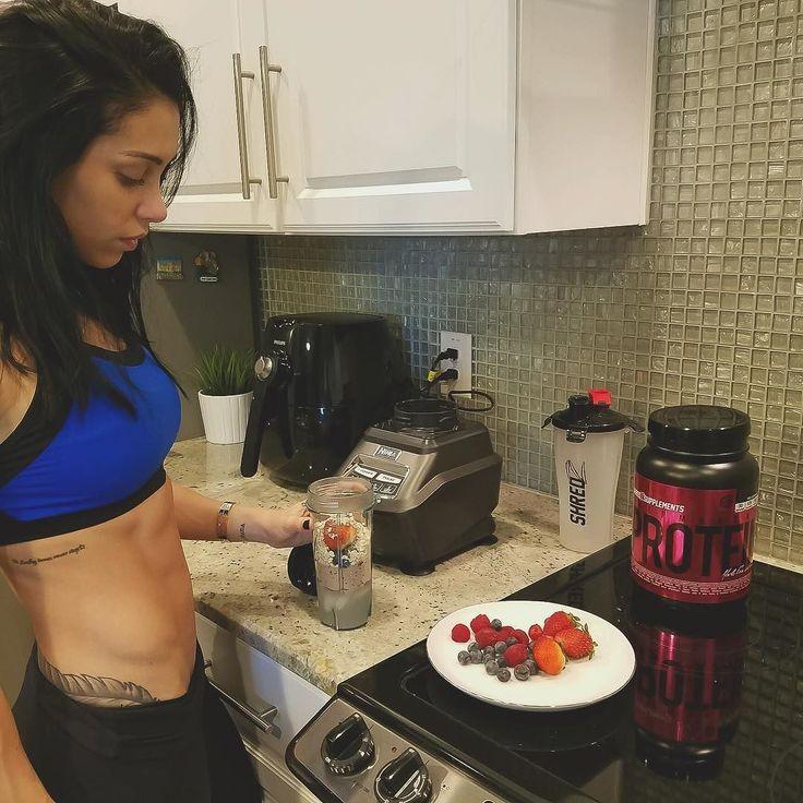 Morning shake: @shredzforwomen chocolate thermogenic protein berries and oats. Happy Sunday y'all!!! #shredzathlete @shredz  _____________________  Shake de proteína de hoje: @shredzforwomen whey termogênico de chocolate morango framboesa blueberry e aveia! Bom domingo para vcs!!!  by bellafalconi