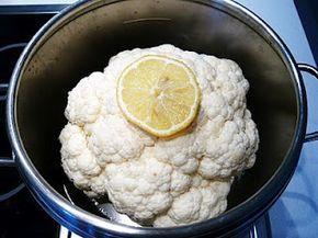 Pulire, cuocere in pentola a pressione e condire un cavolfiore