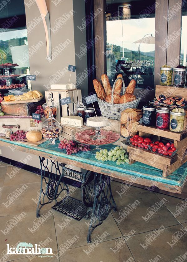 www.kamalion.com.mx - Mesa de Quesos / Botanas / Wedding / Vintage / Rustic Decor / Frascos / Jars / Cheese Table / Bread / Fruit / Frutas / Door / Uvas / Grape.