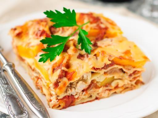 poivre, champignon de Paris, oignon, beurre, lasagnes, tomate pelée, sel, béchamel, gruyère râpé, escalope de poulet, coulis de tomate, bouillon
