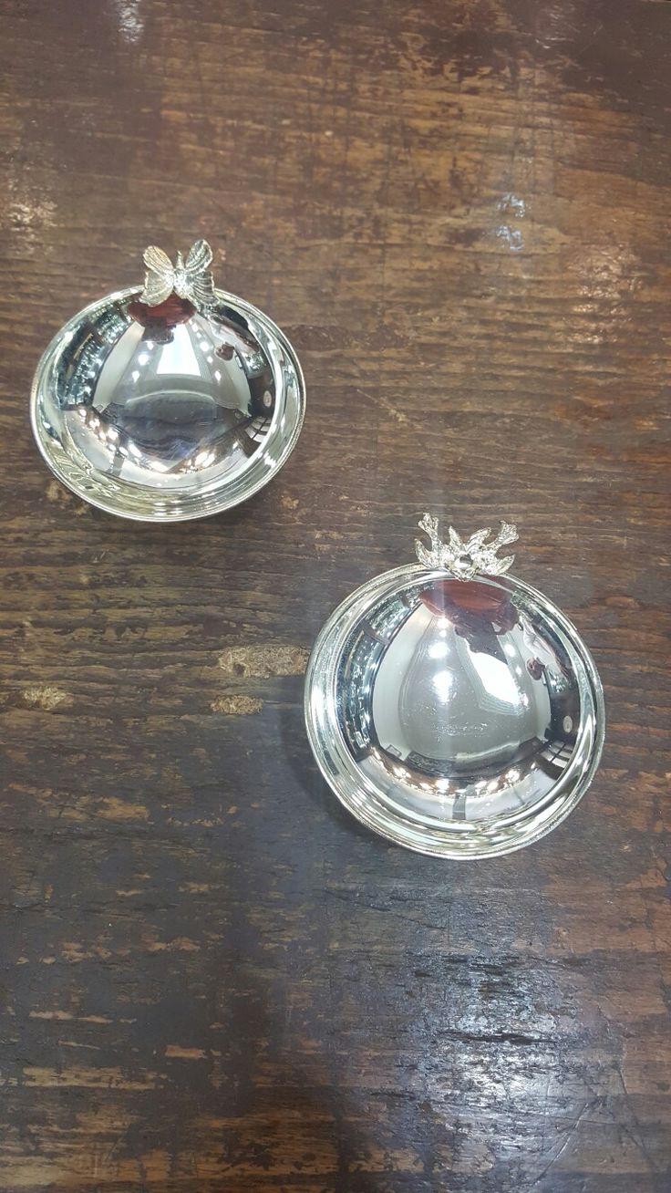 Yaz sezonu düğün ve organizasyonlar için koleksiyonumuzdan Kelebek ve Öpüşen Çift Kuş figürlü şekerlik/ bonbonier modelimiz  Özellikler : 925 ayar Gümüş kaplamadır ve Ayaklı Kup şeklindedir  #gumuskaplama #gümüşkaplama #sekerlik #şekerlik #bonboniere #bonbonier #dugun #düğün #wedding #davet #tören #toren #nikah #susleme #süsleme #organizasyon #bebekmevlüdü #bebekmevludu #mevlüt