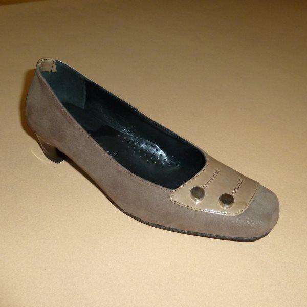 e-Tresor.gr : Big Shoes Make Big Feet Happy! Tα XL Μεγέθη & τα Παραδοσιακά Χορού ειδικότητά μας! > Soft: Γόβα, καρέ, κομματιστή καστόρι-λουστρίνι, 3½ εκ., Διακόσμηση: 2 στρογγυλά μεταλλικά εξαρτήματα (Κωδικός: 210.917) > Tresor by Yiannis Xouryas > www.e-Tresor.gr & www.GreekShoes.Net