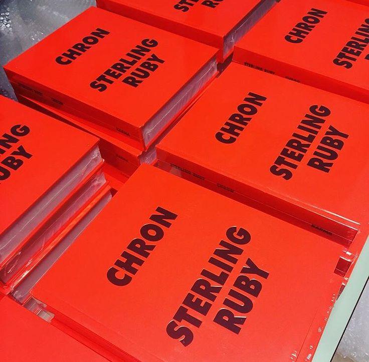 アメリカの現代美術界において評価の高い、L.Aを拠点に活動するアーティスト Sterling Ruby(スターリング・ルビー)の作品集、『CHRON』がkarmaよりリリースされます。 本書には2003~2015年の間に制作されたコラージュ作品及び平面作品300 点以上を収録。 ファッションデザイナーのRAF SIMONSがスターリング・ルビーのファンであることから、2008 年に東京に作ったRAF SIMONSの旗艦店の内装にルビーの作品を大々的に使用した後も、翌年にはブリーチデニムのコレクションにてコラボレーションし、そして 2014 年のRAF SIMONS のコレクションにて服に大々的に作品を落とし込んだコラボレーションにて高い評価を得たと同時にスターリング・ルビーの知名度が一気に高まった。 他にも、2012 年にラフ・シモンズが Dior のデザイナーに就任した最初のオートクチュールコレクションにおいてもルビーのペインティングをテキスタイルに使用したドレスで話題を集めた。…