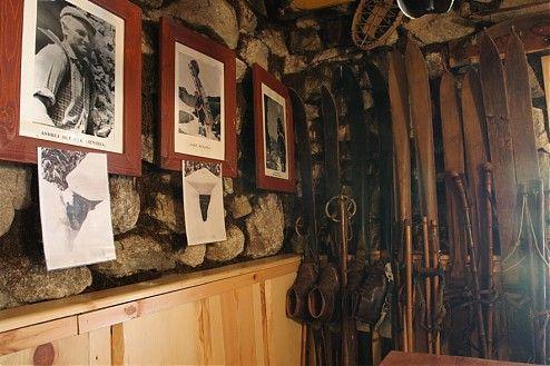 Obľúbená aturistami vyhľadávaná, najstaršia anajmenšia zachovaná chata vo Vysokých Tatrách, ktorú mnohí nazývajú aj familiárne Rainerka.